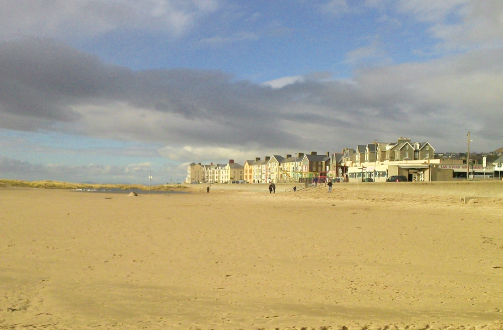 Photo of Barmouth beach from the sand looking north